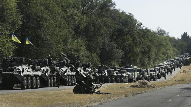 Tanques ucranianos aparcados a lo largo de la carretera, a la salida de Mariupol, el 27 de agosto de 2014. AP