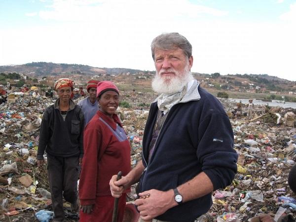 El Padre Pedro Opeka ayudando en la limpieza de un basural. // Fotografía de Internet.